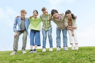 笑顔で肩を組む若者5人の写真素材 [FYI01312594]