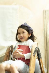 本を持つ女の子の写真素材 [FYI01312599]
