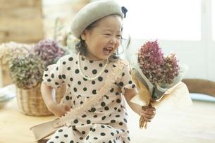 花束を持つ女の子の写真素材 [FYI01312613]