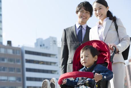 外出する家族の写真素材 [FYI01312628]