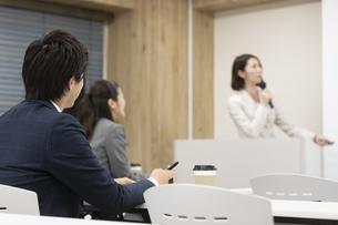 セミナーを聞くビジネス男女の写真素材 [FYI01312643]