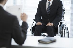 車椅子の男性と面接官の写真素材 [FYI01312644]