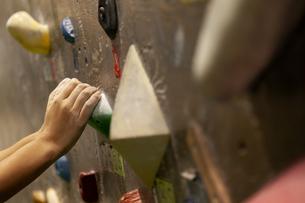 ボルダリングをする女性の手元の写真素材 [FYI01312652]