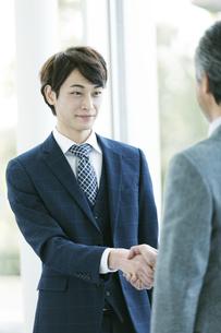 握手をするビジネスマンの写真素材 [FYI01312661]