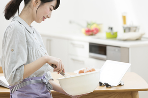 調理する女性の写真素材 [FYI01312678]