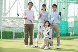 ゴルフクラブを持つ家族4人の写真素材 [FYI01312736]