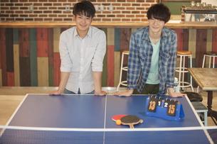 卓球台の前に立つ2人の男性の写真素材 [FYI01312741]