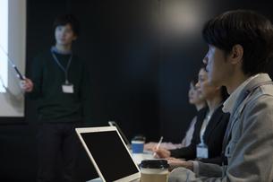 会議をするビジネス男女の写真素材 [FYI01312744]