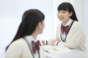 話をしている女子校生2人の写真素材 [FYI01312772]