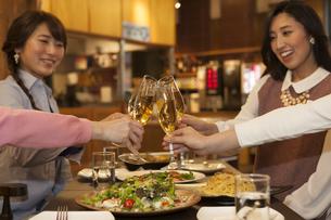 乾杯する女性4人の写真素材 [FYI01312794]