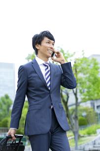 スマートフォンで電話をするビジネスマンの写真素材 [FYI01312849]