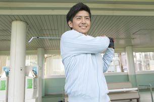 ゴルフをする笑顔の男性の写真素材 [FYI01312869]