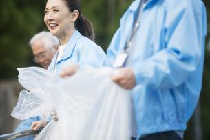 ゴミ拾いをするシニアグループの写真素材 [FYI01312881]
