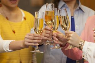乾杯する女性4人の写真素材 [FYI01312889]