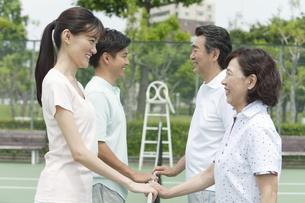 テニスコートで向き合う男女4人の写真素材 [FYI01312992]