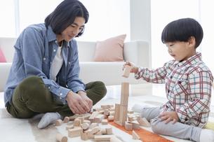積み木で遊ぶ親子の写真素材 [FYI01313003]