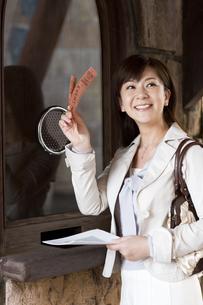 チケット売り場で手を振る中年女性の写真素材 [FYI01313005]