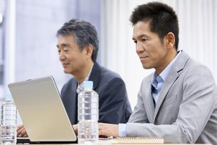 パソコンをするビジネスマンの写真素材 [FYI01313044]