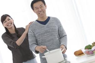 調理をする夫と妻の写真素材 [FYI01313062]