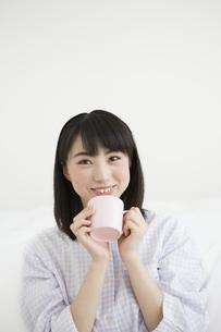 カップを持っている女性の写真素材 [FYI01313063]