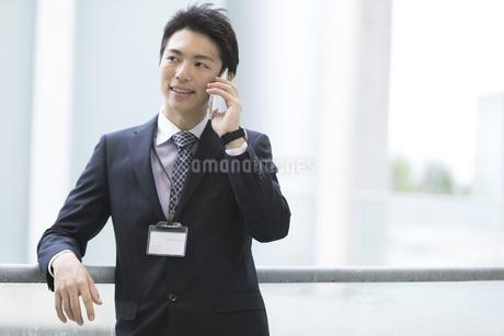 電話をするビジネスマンの写真素材 [FYI01313126]