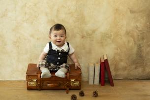 カバンに座る赤ちゃんの写真素材 [FYI01313134]