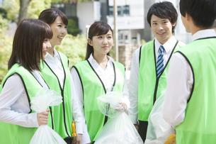 清掃活動をするビジネスマンとビジネスウーマンの写真素材 [FYI01313153]