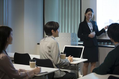 会議をするビジネス男女の写真素材 [FYI01313172]