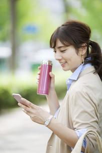 水筒を持つビジネス女性の写真素材 [FYI01313176]