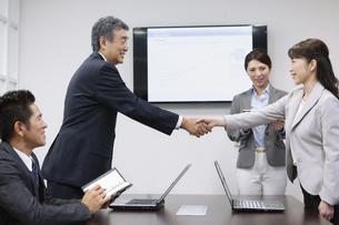 握手をするビジネス男女の写真素材 [FYI01313209]