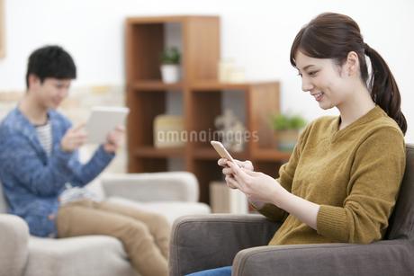 スマートフォンを操作する女性の写真素材 [FYI01313227]
