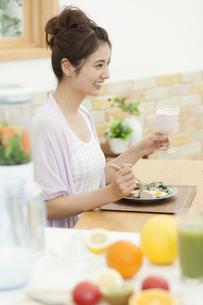 朝食を食べる女性の写真素材 [FYI01313242]