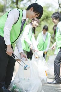 清掃活動をするビジネスマンの写真素材 [FYI01313286]