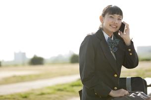 スマートフォンで通話する女子校生の写真素材 [FYI01313289]