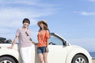 車と笑顔の男女の写真素材 [FYI01313292]