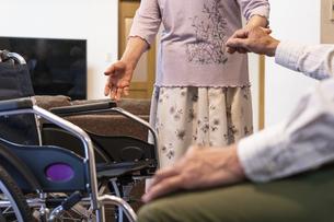 車椅子とシニア夫婦の写真素材 [FYI01313321]