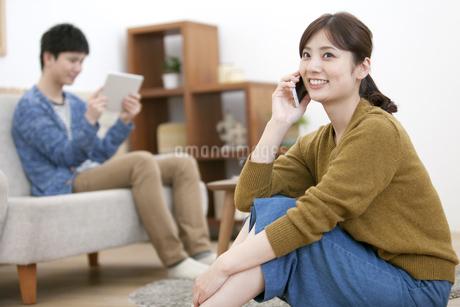 スマートフォンで電話する女性の写真素材 [FYI01313327]