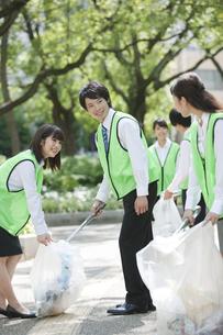 清掃活動をするビジネスマンとビジネスウーマンの写真素材 [FYI01313371]