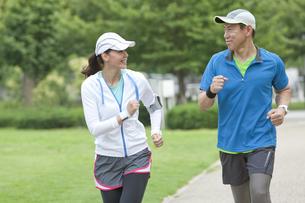 ジョギングをする中高年カップルの写真素材 [FYI01313376]