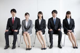 椅子に座る5人のビジネスマンの写真素材 [FYI01313421]