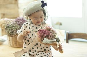 花束を持つ女の子の写真素材 [FYI01313424]