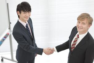 握手をするビジネスマン2人の写真素材 [FYI01313426]