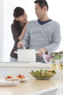調理をする夫と妻の写真素材 [FYI01313464]