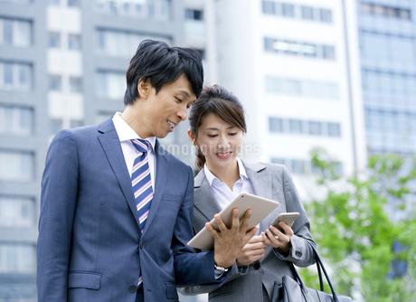 タブレットPCを持つ男女のビジネスマンの写真素材 [FYI01313473]