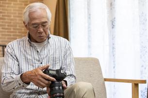 カメラを持つシニア男性の写真素材 [FYI01313478]