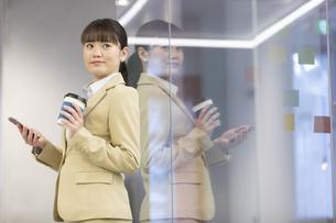 スマートフォンを持つビジネスウーマンの写真素材 [FYI01313480]
