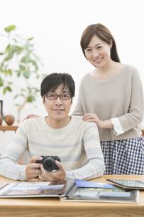カメラを持った夫婦の写真素材 [FYI01313486]