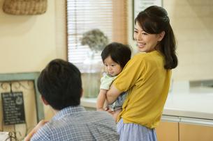 赤ちゃんを抱っこする母と父の写真素材 [FYI01313488]