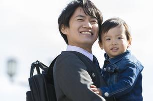 息子を抱きかかえる父親の写真素材 [FYI01313493]