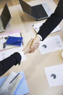 握手するビジネスウーマンとビジネスマンの手の写真素材 [FYI01313531]